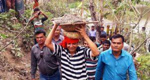 বিএনপি'র উদ্যোগে স্বেচ্ছা শ্রমে বাঁধ নির্মাণ