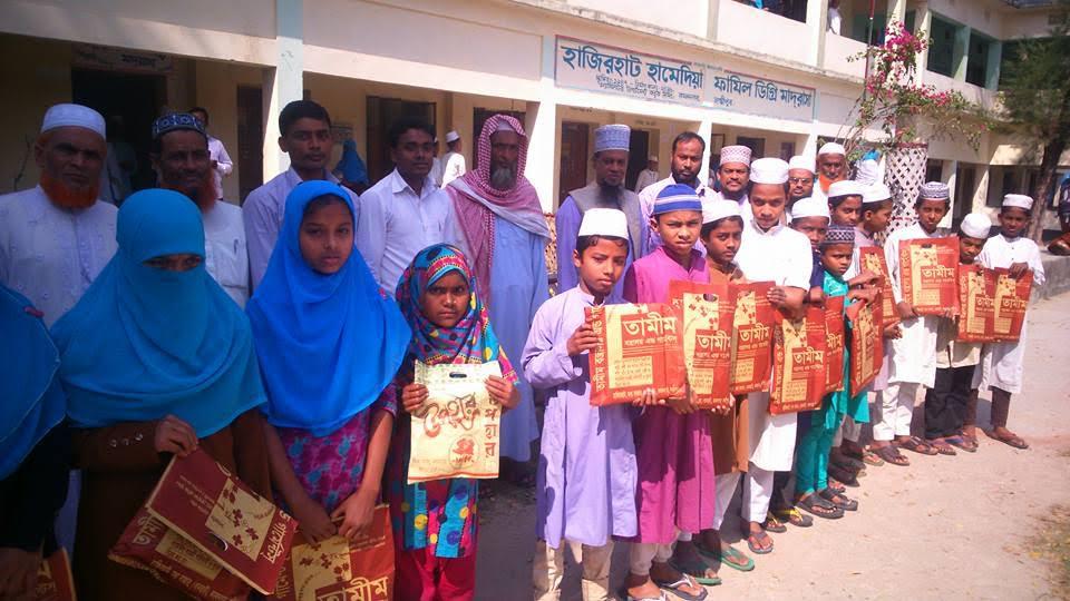 কমলনগরে গরীব ও মেধাবী ছাত্র ছাত্রীদের মাঝে পোশাক বিতরণ