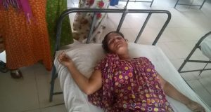 চেয়ারম্যানের বেধড়ক পিটুনিতে এক নারী আহত