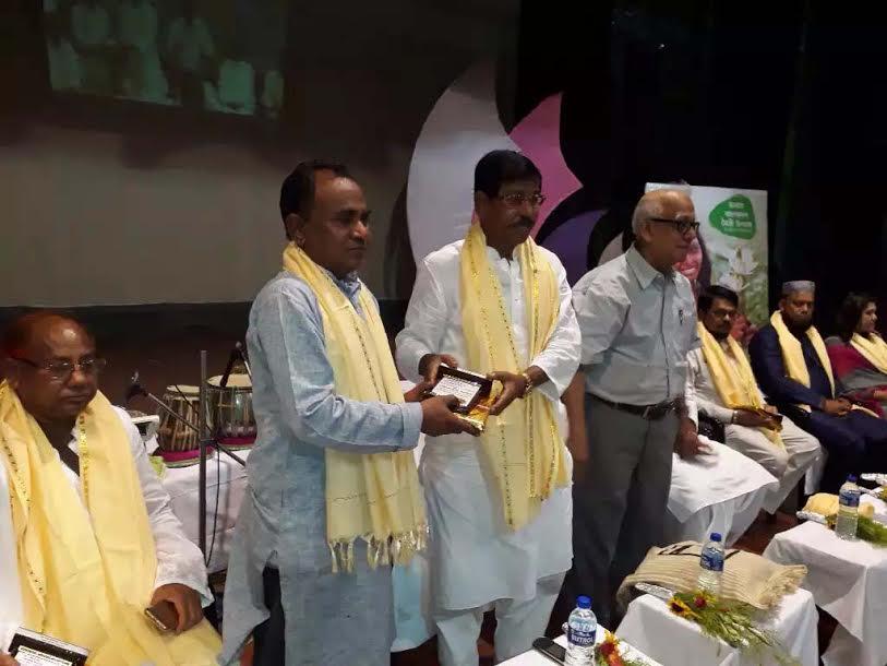 ভারতে নোয়াখালী প্রতিদিন সম্পাদক রফিকুল আনোয়ারের সম্মাননা পদক গ্রহণ