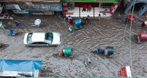 টানা বৃষ্টিতে নাজেহাল রাজধানী বাসী
