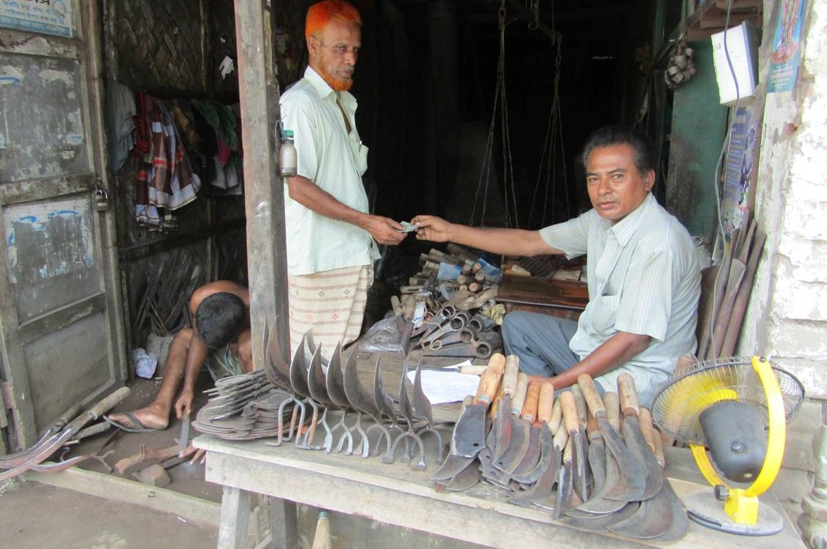 ঠুন-ঠান শব্দে মুখর কামারপাড়া