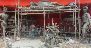 ৭৬টি মন্ডপে চলছে দুর্গাপূজার শেষ মুহূর্তের প্রস্তুতি প্রতিমা তৈরির কাজে ব্যস্ত কারিগররা