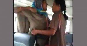 চলন্ত বাসে নারী কন্ডাক্টর ও নারী পুলিশের হাতাহাতি
