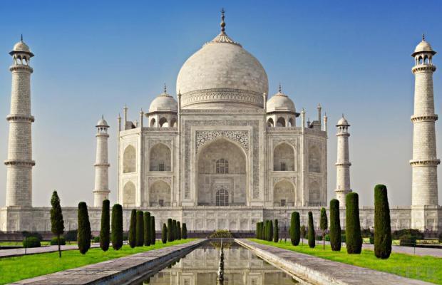 মোগল সম্রাট শাহজাহান ১৬৪৩ সালে তার প্রিয় স্ত্রীর স্মৃতির উদ্দেশ্যে এই তাজমহল নির্মাণ করেছিলেন