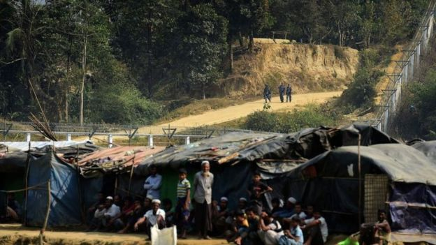 নো-ম্যানস ল্যান্ডে অবস্থান নেয়া মিয়ানমারের রোহিঙ্গাদের একটি দল