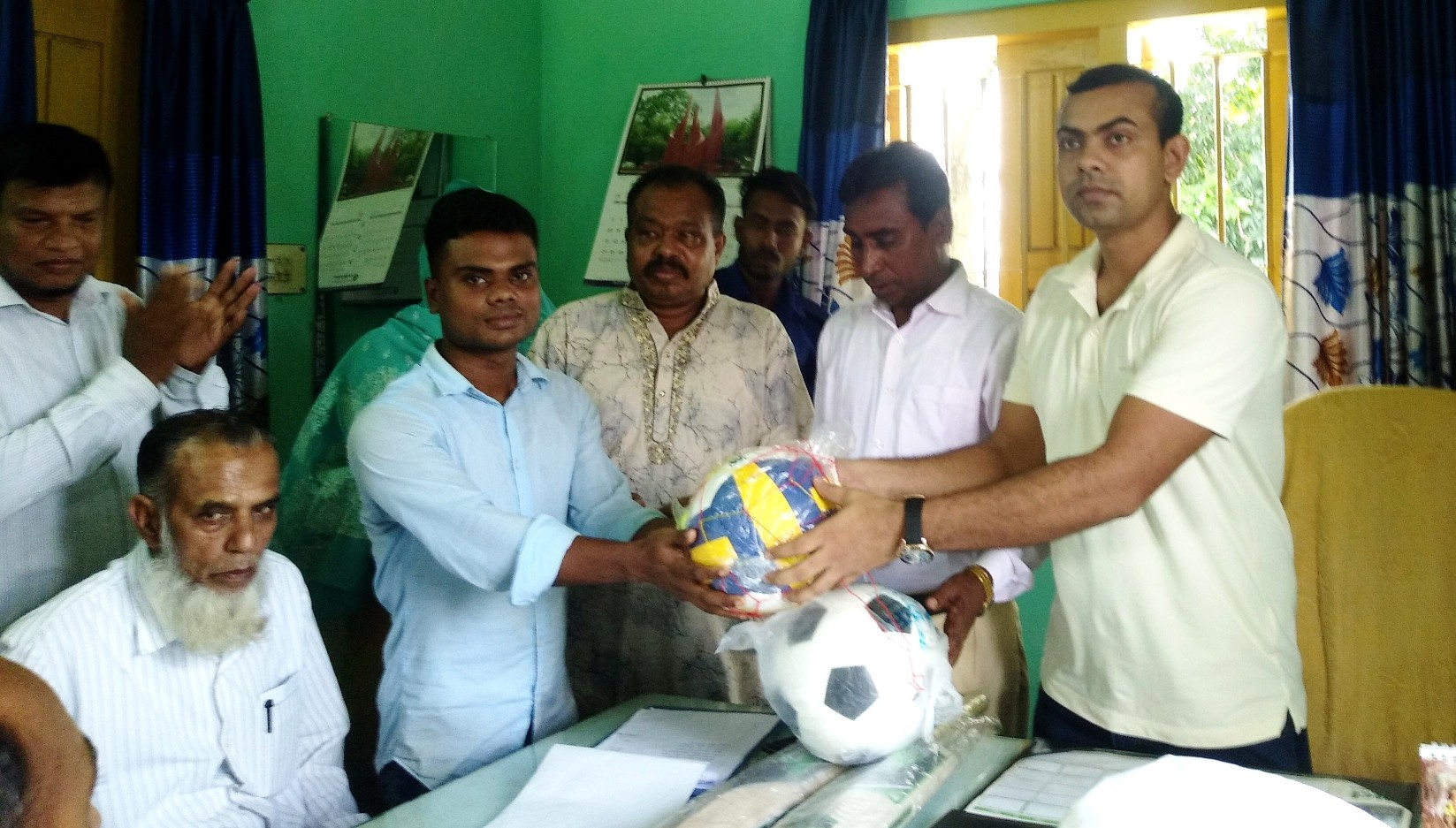বাগেরহাটে ২৪টি শিক্ষা প্রতিষ্ঠানে ফুটবল বিতরণ