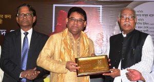'জাতীয় রবীন্দ্র গবেষণা ও চর্চা কেন্দ্র সম্মাননা' পেলেন কামাল আহমেদ