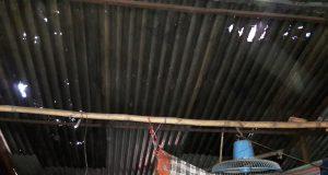 নষ্ট টিনের চালায় ভুগছে আশ্রয়ণ প্রকল্পের ৫০ পরিবার