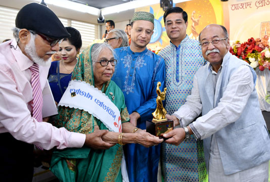 বিশ্ব মা দিবসে রত্নগর্ভা মা অ্যাওয়ার্ড-২০১৮ পেলেন বাংলাদেশের ৩৫ জন আলোকিত নারী। আজ ঢাকা ক্লাবের স্যামসন এইচ চৌধুরী সেন্টারে আজাদ প্রোডাক্টস্ আয়োজিত 'রত্নগর্ভা মা অ্যাওয়ার্ড-২০১৮' প্রদান অনুষ্ঠানে প্রধান অতিথি ছিলেন শিল্পমন্ত্রী নূরুল মজিদ মাহমুদ হুমায়ূন। প্রধান অতিথির বক্তৃতায় মন্ত্রী বলেন, দেশের উন্নয়নে রত্নগর্ভা মা এবং তাঁদের সন্তানদের বিশাল অবদান রয়েছে। তিনি বলেন, তাদের অবদানের কারণে বাংলাদেশ এখন বিশ্বে উন্নয়নের রোল মডেল। এ দেশের কৃতি সন্তানরা শুধু দেশে নয়, বিদেশেও দক্ষতার সাথে দায়িত্ব পালন করছে। মো. এনামুল হকের সভাপতিত্বে অনুষ্ঠানে স্বাগত বক্তব্য রাখেন আজাদ প্রোডাক্টস্- এর সত্ত্বাধিকারী আবুল কালাম আজাদ। এতে বিশেষ অতিথি ছিলেন যুব ও ক্রীড়া মন্ত্রণালয় সম্পর্কিত সংসদীয় স্থায়ী কমিটির সভাপতি আব্দুল্লাহ আল ইসলাম জ্যাকব এমপি ও কবি আসাদ চৌধুরী। অনুষ্ঠানে অন্যদের মধ্যে জিয়াউর রহমান আজাদ ডায়মন্ড ও অনামিকা আজাদ শ্রাবণী বক্তব্য রাখেন। নূরুল মজিদ মাহমুদ হুমায়ূন বলেন, জাতির পিতা বঙ্গবন্ধুর সাথে বঙ্গমাতাকে সামনে এনে প্রধানমন্ত্রী শেখ হাসিনা মাতৃভক্তির অনন্য দৃষ্টান্ত স্থাপন করেছেন। নিজ পুত্র ও কন্যাকে সফল ব্যক্তিত্ব হিসেবে গড়ে তুলে প্রধানমন্ত্রী শেখ হাসিনাও গর্বিত মা হিসেবে অসাধারণ অবদান রেখেছেন। দেশের উন্নয়নের চলমান ধারা অব্যাহত রাখতে আরো আলোকিত মানুষ প্রয়োজন উল্লেখ করে তিনি নারীদেরকে রত্নগর্ভা মায়েদের দৃষ্টান্ত অনুসরণের আহ্বান জানান। অনুষ্ঠানে ২০১৮ সালের জন্য সাধারণ ক্যাটেগরিতে ২৫ জন এবং বিশেষ ক্যাটেগরিতে ১০ জন সফল মাকে অ্যাওয়ার্ড প্রদান করা হয়। আজাদ প্রোডাক্টস্ ১৮ বছর ধরে সফল মায়েদের মাঝে 'রত্নগর্ভা মা অ্যাওয়ার্ড' প্রদান করে আসছে।