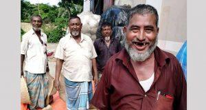 খাদ্য গুদামে ধান বিক্রি করতে পেরে বেজায় খুশি কৃষক